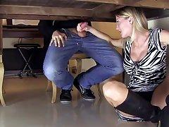 坦率的青少年一轮的屁股在粉红色的健身房的裤子