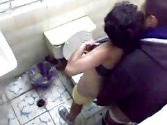 热小泰国婊子获取她的阴户舔从后面然后得到性交