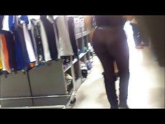 大cameltoe青少年在短瑜伽的裤子。 圆黑妞的屁股!